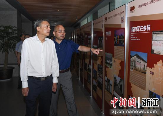 杭州市人民政府副市长缪承潮观看展览。 王刚供图