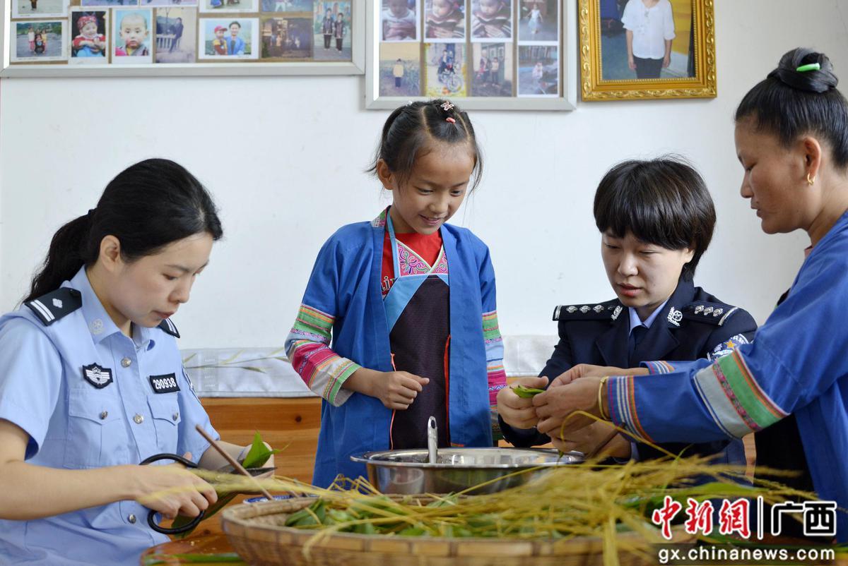 广西三江警民包粽子温馨过端午