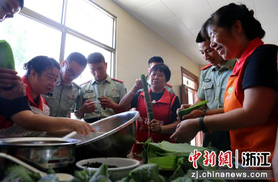 武警官兵和社区阿姨们一起包粽子 刘治乾ㄨ供图