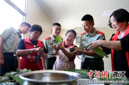 武警官兵和社区阿姨们一¤起包粽子 刘治乾∞供图