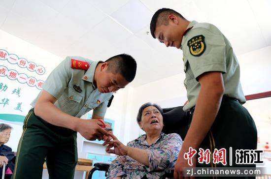 武警官兵包完粽子后为老人修剪指甲 刘治乾供图