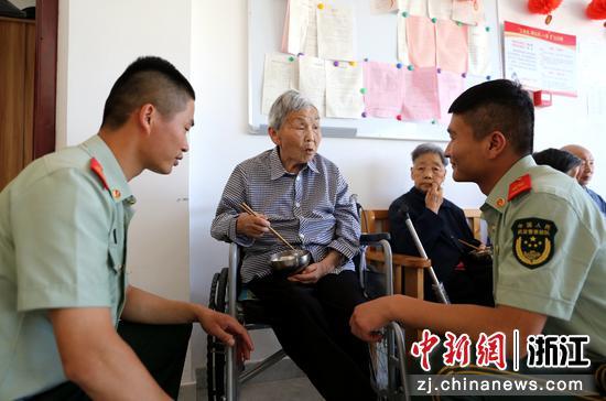 武警官兵与老人聊◆天 刘治乾供图