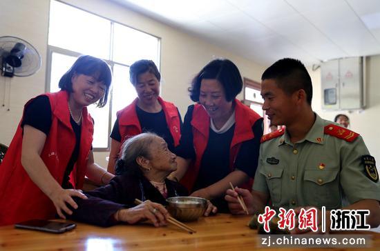 武警官兵和老人一起吃粽子 刘治乾供图