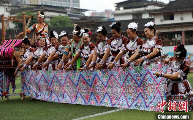 广西苗乡举行非遗市集 现场百台织布机穿梭飞舞