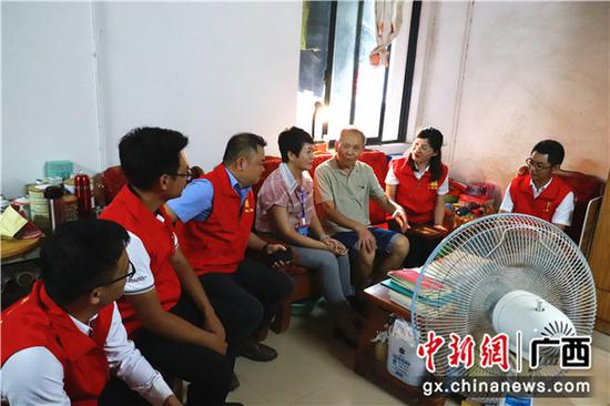 社區老黨員給中建四局三公司廣西分公司志愿者講述紅色故事。關喆琳 攝