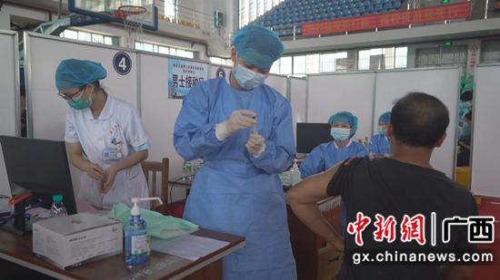 群眾在接種點接種疫苗 張偉璐 攝