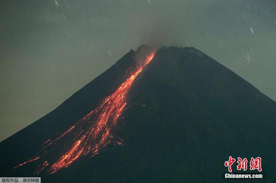當地時間2021年6月13日,印尼日惹市,默拉皮火山噴發。
