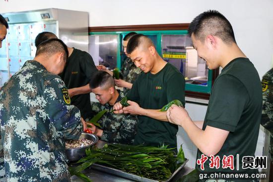 武警贵州各支队开展包粽子活动迎端午