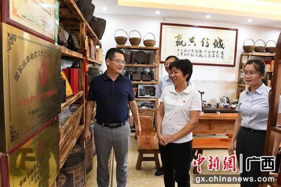 圖為祝雪蘭與農行梧州分行副行長吳棟等交流 記者 林浩 攝