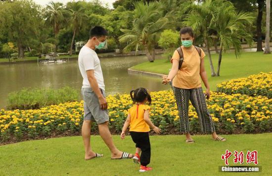 6月14日,泰國曼谷市民帶著孩子在市內乍都乍公園游玩。曼谷市政府當天發布公告稱,經曼谷傳染病委員會批準,從當日開始解禁博物館、公園、美容診所、保健按摩場所(僅允許足部按摩)、美甲店/紋身店等5類場所。中新社記者 王國安 攝