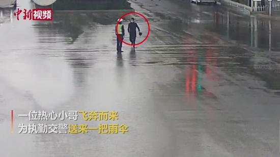 交警雨中堅守崗位 市民送上雨傘