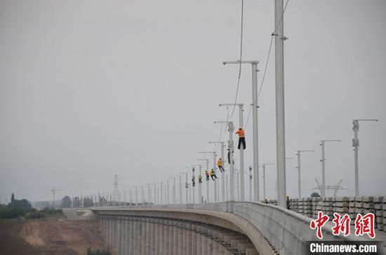 15日上午10時,新建中蘭客專(甘肅段)首條接觸網附加線在甘肅靖遠至白銀區間成功架設?!『掠窕ⅰz