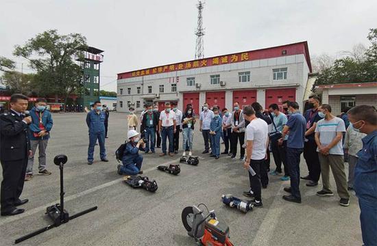 烏魯木齊石化公司消防支隊訓練場展示的部分消防設備。
