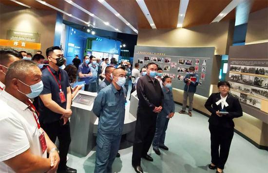 公眾在烏魯木齊石化廠史館了解該企業發展歷程。