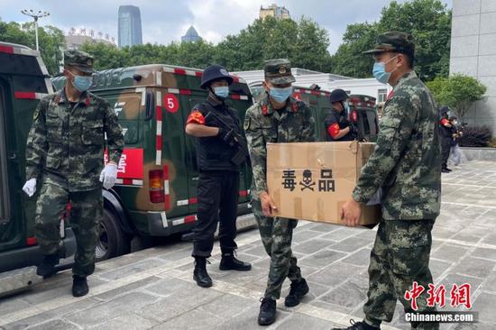 6月18日,贵州省公安厅在贵阳公开集中销毁近年来贵州全省警方缴获的各类毒品2026.24公斤。图为待销毁的毒品核对检查完毕。中新社记者 蒲文思 摄