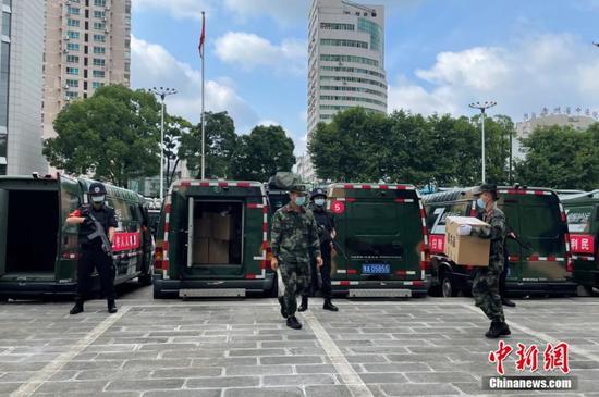6月18日,贵州省公安厅在贵阳公开集中销毁近年来贵州全省警方缴获的各类毒品2026.24公斤。图为待销毁的毒品搬运上装甲运输车。 中新社记者 蒲文思 摄