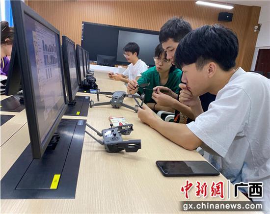 学生参加科技创新大赛。张婷  摄