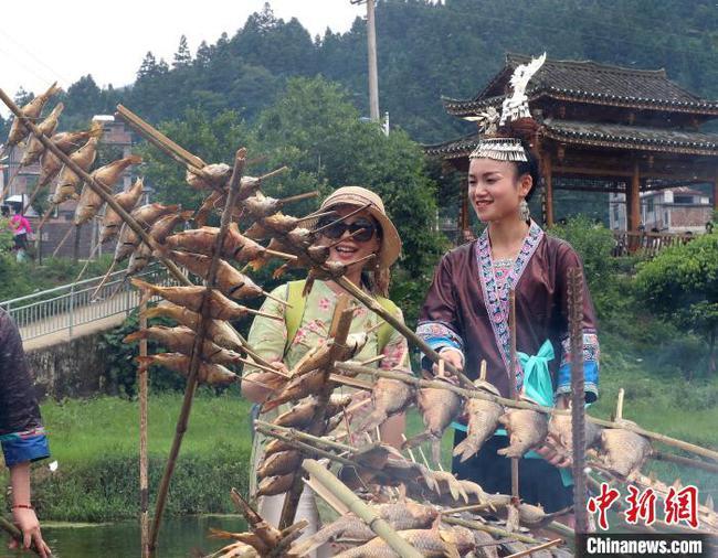 廣西苗鄉舉行石頭魚美食節 5000位少數民族同胞同歡聚