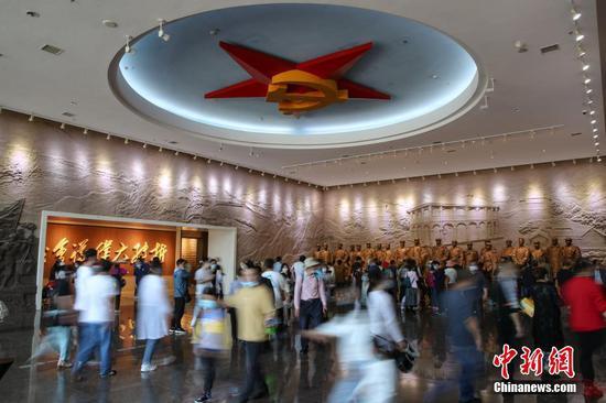 2021年5月1日,游客在贵州省遵义市的遵义会议纪念馆参观。 中新社记者 瞿宏伦 摄