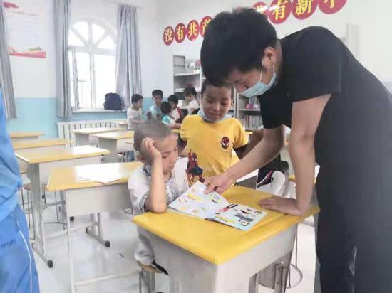 新疆教育厅驻村工作队:欢送实习支教学生