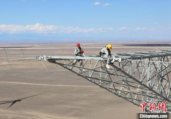 世界电压等级最高输电线路带电消缺 确保疆电外送通道安全