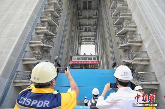 6月22日,工作人员拍摄500吨级货船提升情况。中新社记者 瞿宏伦 摄