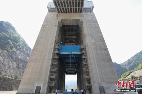 6月22日, 500吨级货船被第三级升船机提升。中新社记者 瞿宏伦 摄