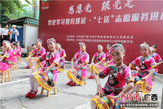 北際路小學學生為居民送上舞蹈表演。李舒慧 傅小栩  供圖