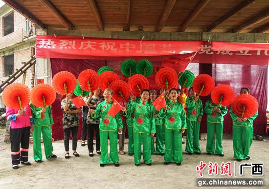 广西龙胜县壮乡民众歌舞欢庆建党百年