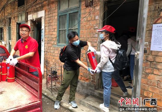 南宁市人民政府发展研究中心开展志愿服务活动
