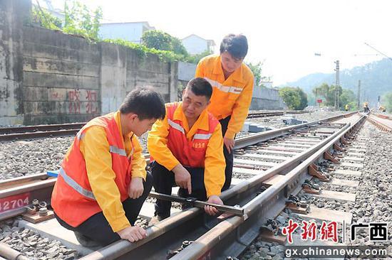 汪伯華指導年輕職工標準作業。蔣俊杰 攝