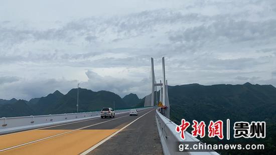 图为通车的云雾大桥。