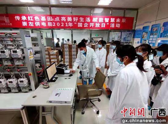 體驗團參觀電表計量實驗室。曾遠 攝