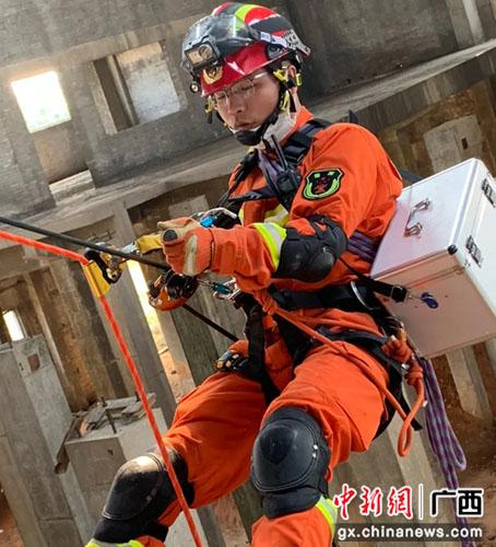 """桂林消防员梅态龙:庆百年铭初心 不负青春""""火焰蓝"""""""