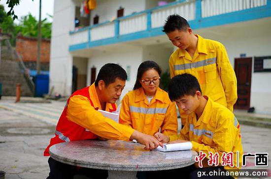 汪伯華向年輕職工傳授業務知識。韋森 攝