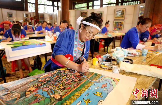 廣西侗族婦女同臺賽侗族農民畫 巧繪侗鄉巨變