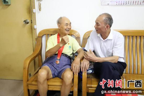 广西农机中心开展走访慰问老党员老干部活动
