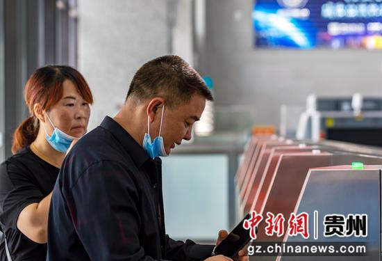 7月1日,铁路暑运启动,旅客在贵州省黔西高铁站验证进站。