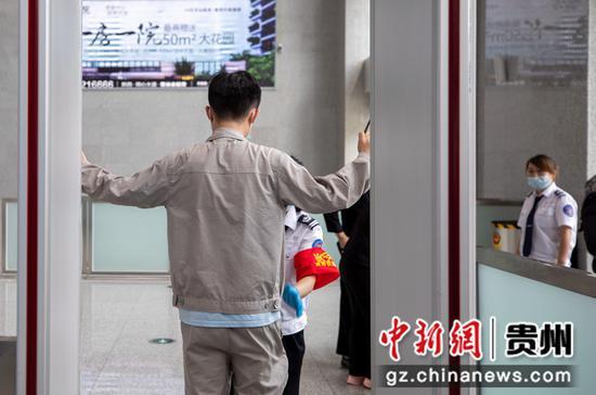 7月1日,铁路暑运启动,旅客在贵州省黔西高铁站经过安检。