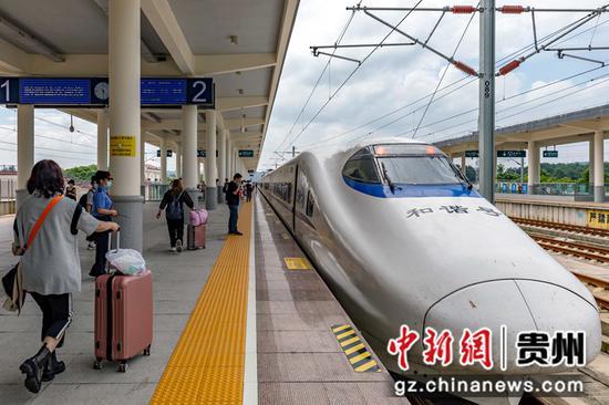 7月1日,铁路暑运启动,旅客在贵州省黔西高铁站陆续登上成都东开往珠海的D1841次动车组列车。