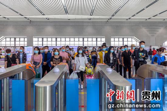 7月1日,铁路暑运启动,旅客在贵州省黔西高铁站依次排队候车。
