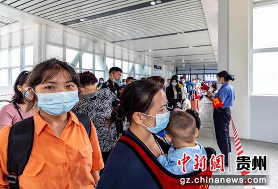 7月1日,铁路暑运启动,旅客在贵州省黔西高铁站等待上车放行通知。