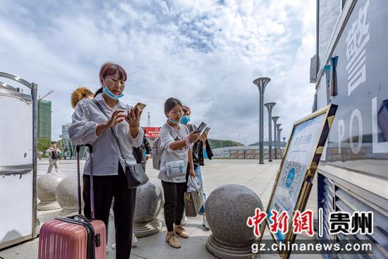 7月1日,铁路暑运启动,旅客在贵州省黔西高铁站进站扫行程码。