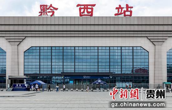 7月1日,铁路暑运启动,旅客陆续进入贵州省黔西高铁站开始暑期旅行。