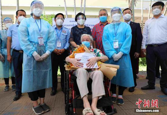 當地時間7月2日,中國駐柬使館一行赴金邊疫苗接種現場,看望接種第二劑中國產新冠疫苗的101歲華裔老人賀琴女士。圖為賀琴女士與中柬相關代表合影。中新社記者 歐陽開宇 攝