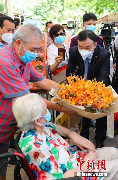 當地時間7月2日,駐柬使館常健公參一行赴金邊疫苗接種現場,看望接種第二劑中國新冠疫苗的101歲華裔老人賀琴女士。中新社記者 歐陽開宇 攝