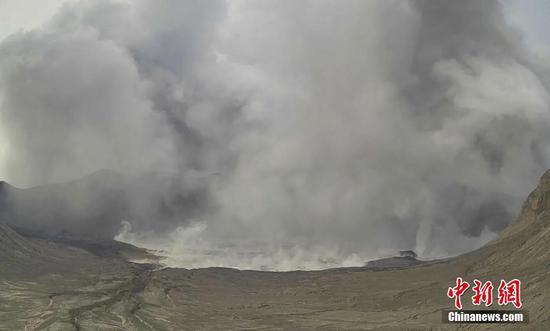 當地時間2021年7月1日,據菲律賓火山地震研究所消息,1日下午,菲律賓塔阿爾火山噴出高達1000米的深色蒸汽?;鹕降卣鹧芯克鶎⒃摶鹕降念A警等級從2級升至3級,這意味著火山的巖漿活動處于不穩定的狀態,可能噴發。 圖片來源:視覺中國