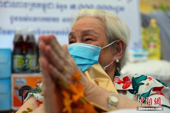 當地時間7月2日,中國駐柬使館一行赴金邊疫苗接種現場,看望接種第二劑中國產新冠疫苗的101歲華裔老人賀琴女士。圖為賀琴女士。中新社記者 歐陽開宇 攝