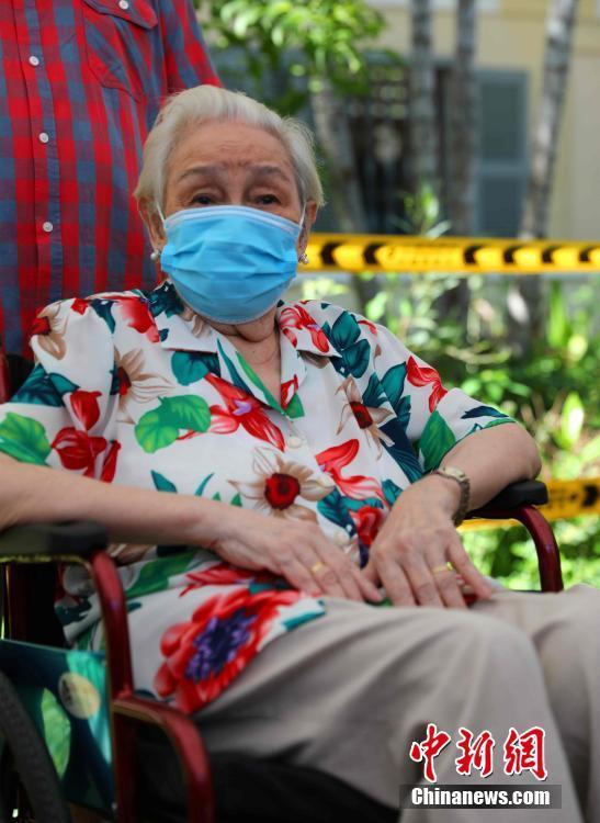 當地時間7月2日,中國駐柬使館一行赴金邊疫苗接種現場,看望接種第二劑中國產新冠疫苗的101歲華裔老人賀琴女士。圖為賀琴女士。 中新社記者 歐陽開宇 攝