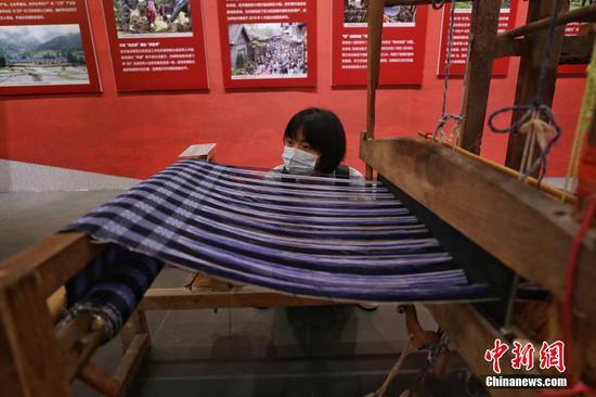 图为成就展展出的织布机吸引参观者。 瞿宏伦 摄
